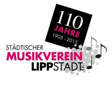 Stolz präsentiert Simplicissimus am Lippstädter Bürgerbrunnen den druckfrischen Konzert-Flyer 2020 / 2021 des Städtischen Musikvereins Lippstadt e.V.